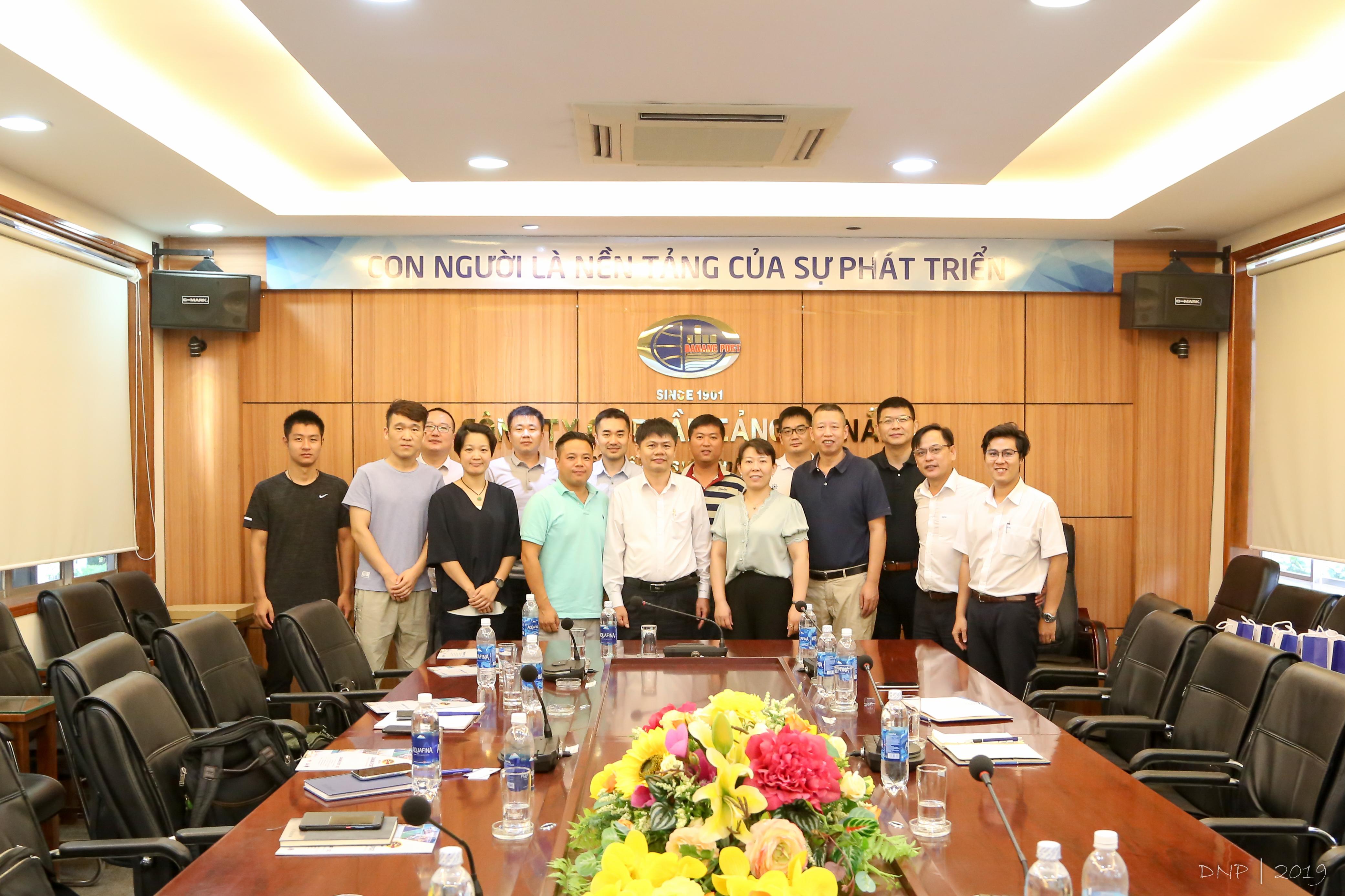 Đoàn SUNPAPER chụp hình lưu niệm cùng Ban lãnh đạo Cảng Đà Nẵng