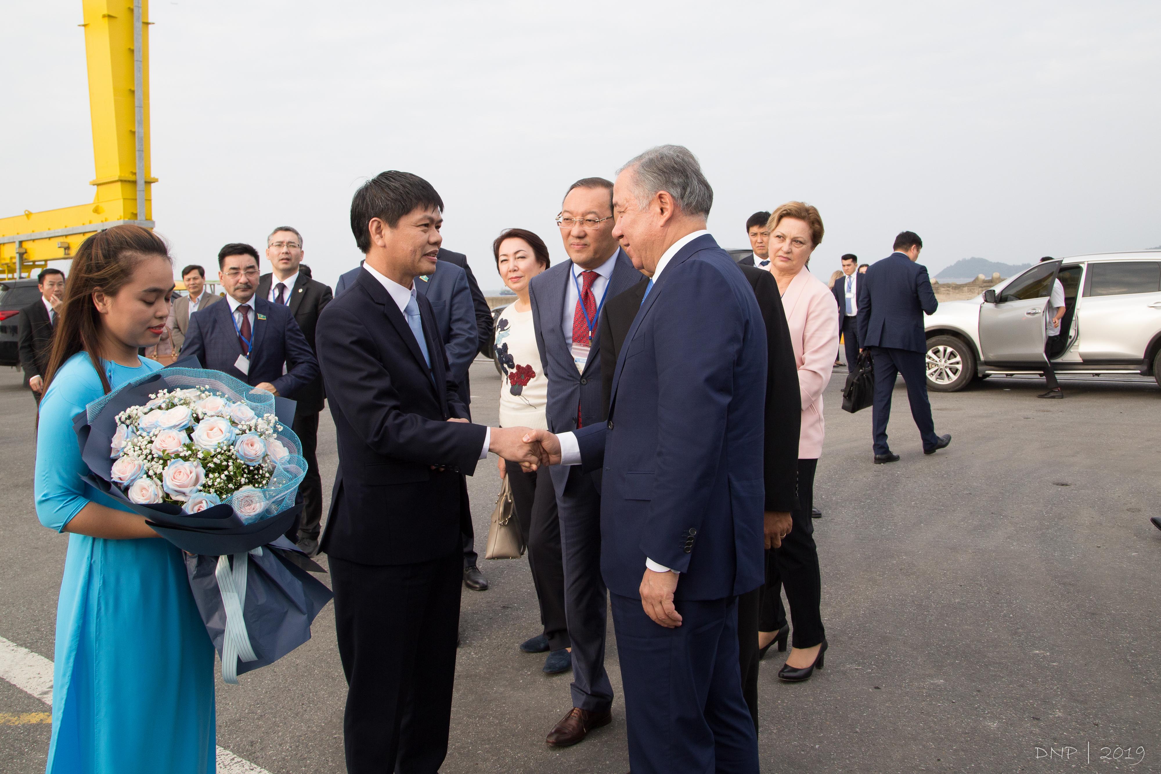 Ông Trần Lê Tuấn, Chủ Tịch HĐQT, Q. Tổng Giám Đốc Công Ty Cổ Phần Cảng Đà Nẵng trao hoa và gởi đến lời cảm ơn chân thành nhất đến Chủ tịch Hạ viện và đoàn công tác Nước Cộng hòa Kazakhstan.